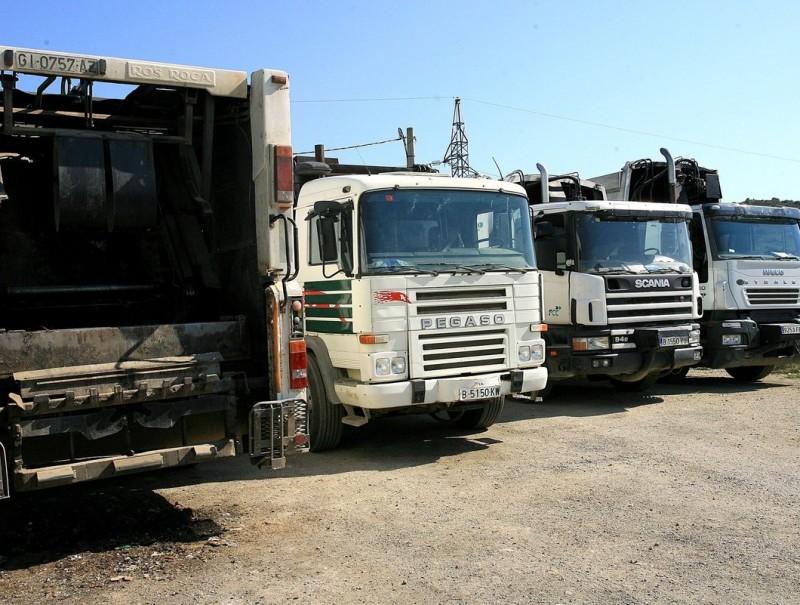 Camions de les escombraries aparcats a la deixalleria, que és al camí de Sant Silvestre MANEL LLADÓ