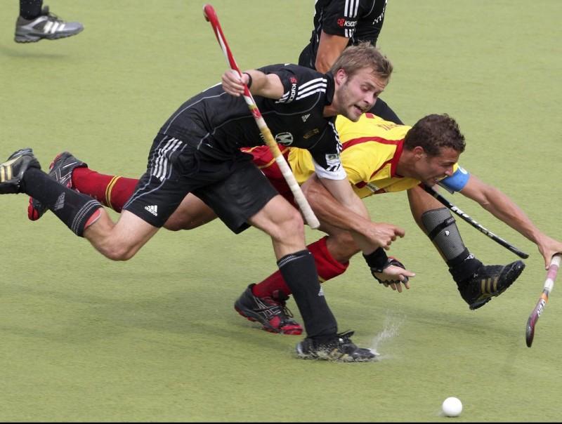 Santi Freixa lluita amb l'alemany Mueller pel control de la bola. Foto:R. WEIHRAUCH/ EFE