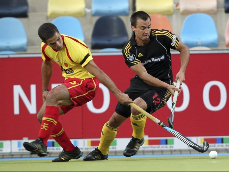 Juan Fernández, autor del segon gol del combinat espanyol, prova d'aturar el belga Alexandre de Paeuw Foto:ROLAND WEIHRAUCH / EFE