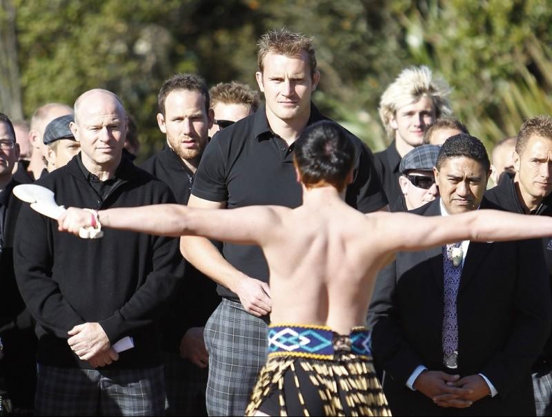 Els jugadors escocesos presencien el tradicional ball dels maoris, la 'haka' EFE