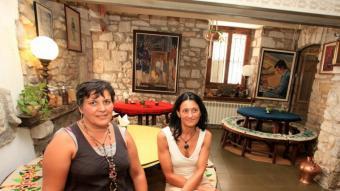 Isabel Boada i Cristina Bach, administradores de l'hostal.  LLUÍS SERRAT