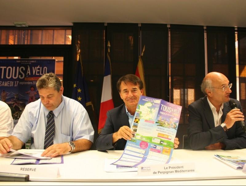 Jean-Paul Alduy, president de l'Aglomeració Perpinyà Mediterrània, presentant la diada de la bicicleta. J.M. ARTOZOUL