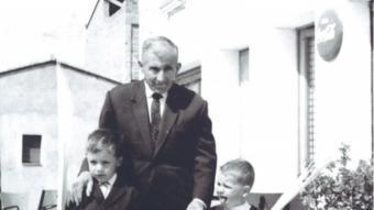 Joan i Josep Roca amb el seu avi el dia de Rams, davant del primitiu local de Taialà.  ARXIU ROCA