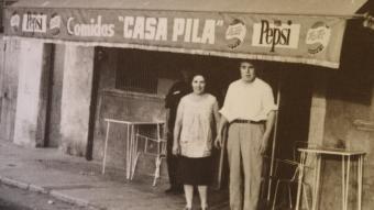 Pilar Maynegre i Ramon Sola, a davant del restaurant.  ARXIU CA LA PILAR