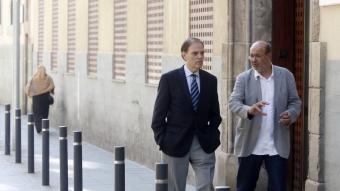 Joan Pujol, a l'esquerra, i Joan Carles Gallego conversen moments abans de començar el debat de Preguntes Indignades a la redacció.  ORIOL DURAN