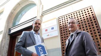 Miquel Buch i Joaquim Solé Vilanova debaten davant la seu del Consell Comarcal del Barcelonès.  Foto:ANDREU PUIG