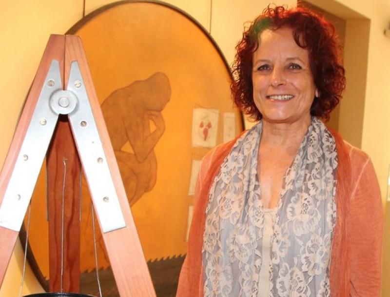 Maria Isabel Casal , amb algunes de les obres que s'exposen actualment a Les Bernardes JOAN SABATER