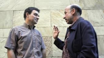 Andreu Ulied i Germà Bel continuen la animada conversa mentre posen per al fotògraf.  Foto:QUIM PUIG