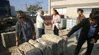 Carles Puigdemont revisant les pedres de l'antinc pont del Dimoni. M.LL