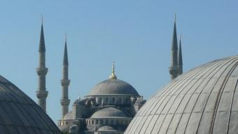 La mesquita del Sultà Ahmet (Mesquita Blava) retratada des d'un finestral de la basílica de Santa Sofia.   JORDI CAMPS