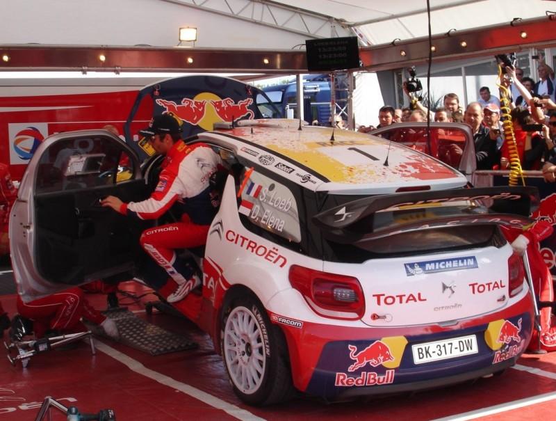 Loeb baixa del seu Citroën DS3, al parc d'assistència d'ahir al migdia. J.C