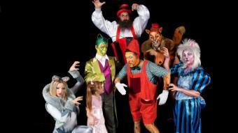 Pinotxo, envoltat d'altres personatges que l'acompanyen en aquest espectacle d'Il Circo Italiano WWW.ILCIRCOITALIANO.COM