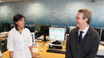 L'analista Paula Hausmann i el professor d'Esade Jesús Palau, a la seu d'Agenbolsa, lloc on es va celebrar la trobada  Foto:ANDREU PUIG