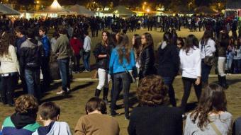 Joves a les barraques de la Copa de Girona la nit de Sant Narcís, una de les que més gent va acollir d'aquestes Fires LLUÍS SERRAT