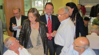 Mònica Almiñana, candidata del PSC al Senat, i Daniel Fernández, en la visita a un casal d'avis de l'Hospitalet de Llobregat aquest divendres EUROPA PRESS