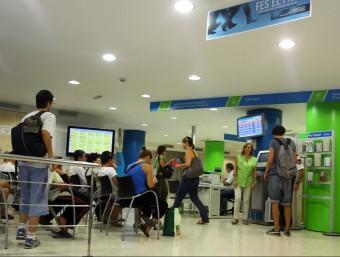 Diverses persones fan cua en una oficina de col·locació.  Foto:ARXIU