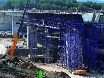 Les obres de l'AVE (a la foto, viaducte entre Pontós i Garrigàs) han omplert la cartera els darrers anys.  ARXIU/ LLUÍS SERRAT