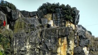 Detall actual d'una antiga explotació de les pedreres de Girona. EL PUNT
