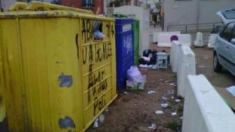 Imatge habitual a l'àrea d'emergència de l'aparcament del rial Bellsolell on els veïns tenen fàcil accés per descarregar les escombraries del cotxe. EL PUNT