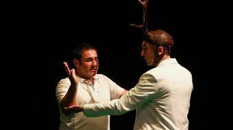Sergi López i Jorge Picó, el cérvol, en un moment de l'espectacle '30/40 Livingstone'. MANEL LLADÓ