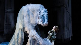 Un dels instants més brillants visualment de l'espectacle protagonitzat per Aurélia Thierrée, 'Murmures des murs'. RICHARD HAUGHTON