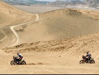 Marc Coma perseguit per Cyril Després durant l'etapa d'ahir. Foto:EFE
