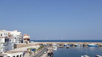 Fotomuntatge de com es veurien des del port de la Cala els molinets del parc eòlic marí a l'Ametlla de Mar Foto:IREC