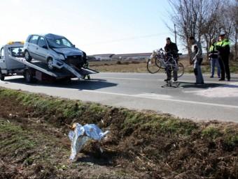 Estat en què han quedat el turisme i les bicicletes accidentades, aquest diumenge a Vallfogona de Balaguer ACN
