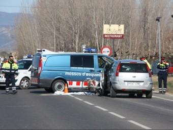 Els Mossos d'Esquadra investigant els fets després de l'accident a Vallfogona de Balaguer SALVADOR MIRET / ACN