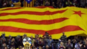 La copa del Rei de bàsquet, al Palau Sant Jordi, amb una gran bandera estelada al fons QUIM PUIG
