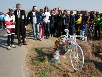 L'alcalde de Balaguer i la dona d'una de les víctimes, ahir al lloc on es va produir l'acident ACN