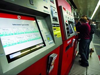 Usuaris del metro adquireixen un bitllet en una màquina. Foto:arxiu