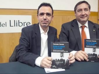 Canosa i el conseller Pelegrí amb el llibre, ahir JOSEP LOSADA