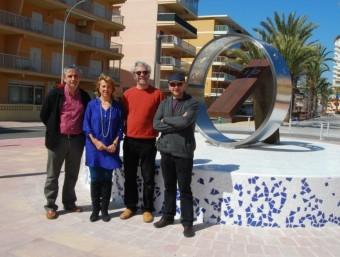 Juan Tormo , arquitecte municipal, M. Carmen Canet , regidora de Turisme, Joan Olivares i Rafael Amorós (artistes) davant del nou rellotge de sol instal·lat a la platja. CEDIDA