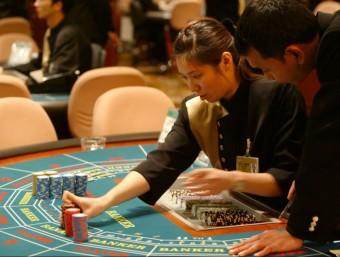 Crupiers en el casino del complex que Las Vegas Sand Corp. té a Macau  Foto:REUTERS