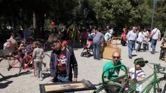 Nens jugant amb jocs creats a partir de bicicletes velles, ahir en el marc del 'Jugui jugui' al parc Bosc de Figueres JOAN SABATER