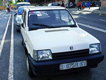 Un cotxe de més de vint anys aparcat al carrer a Barcelona.  Foto:JOSEP LOSADA