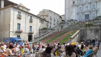 Turistes a la terrassa d'un bar, davant de la catedral de Girona Foto:J.N
