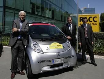 Antonio Zanini, al costat del cotxe que pilotarà, amb Enric Cucurella i Aman Barfull EL 9