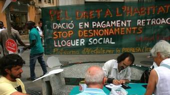 Concentració de desnonats a la plaça de l'Ajuntament de Figueres.  ARXIU /MANEL LLADÓ