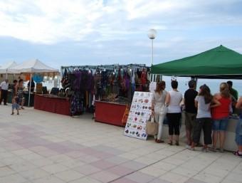 Imatge d'un anterior mercat temàtic celebrat a la platja del poble. EL PUNT AVUI