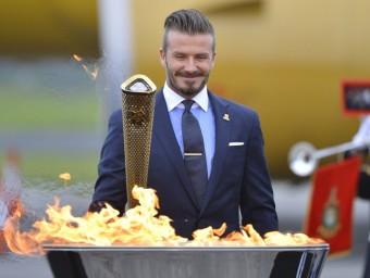 David Beckham en el moment d'encendre la torxa olímpica dels jocs de Londres  REUTERS