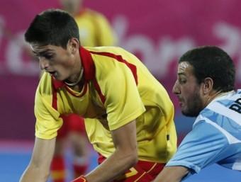 Xavi Lleonart lluita per la bola amb l'argentí Manuel Brunet EFE / JUAN CARLOS HIDALGO