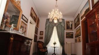 La sala d'estar és l'espai menys noucentista de la casa a la vegada que hi ha una important col·lecció del paissatgisme català de final del XIX i principi del XX JOAN SABATER