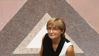 Assumpció Hosta en el patí de l'edifici del museu MANEL LLADÓ