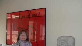 Rosa Gil amb la Fontana reflectida sobre el quadre Roig. PAU LANAO