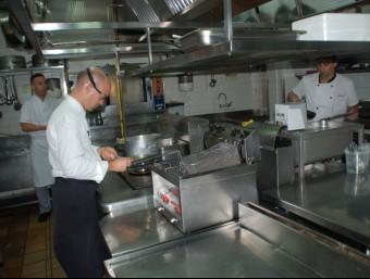 Marc Gascons, a l'esquerra de la imatge, dimecres passat a la cuina del Casino Peralada, amb els seus col·laboradors X.C