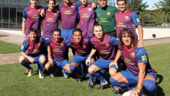 Recital de la Masia. Aquell dia, el Barça va golejar 0-4 el Llevant amb un doblet de Messi i gols d'Iniesta i Cesc i es va situar a onze punts del Real Madrid, que va punxar contra el Betis. A les fotos, la plantilla celebrant dos dels gols i Messi intentant controlar la pilota. A dalt, una imatge de Puyol, Iniesta, Xavi, Messi, Pedro, Valdés, Busquets, Piqué i Cesc davant la Masia, juntament amb Fontàs i Thiago, que ja no són al club Foto:EFE / REUTERS / FCB