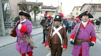 Un grup de trabucaires d'Osona rememora la guerra de successió, fet que va provocar un rescat financer d'Espanya.  ARXIU /J. RAMOS