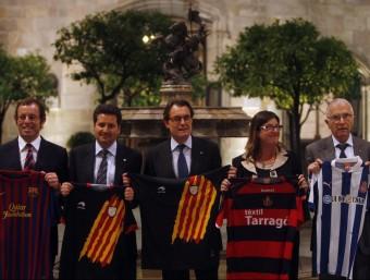Xavier Vinyals, president de la Plataforma, entre Sandro Rosell i Artur Mas, en l'acte de suport a les seleccions ORIOL DURAN